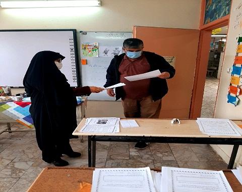 آماده سازی عیدانه ی کتاب توسط معلمین